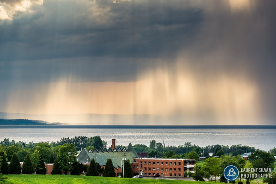 Rideau de pluie et soleil au passage d'un orage sur le lac Saint-Jean depuis Métabetchouan–Lac-à-la-Croix