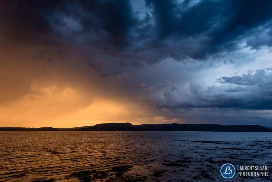 Contraste de couleurs lors du passage d'un orage lors d'un coucher de soleil à La Baie