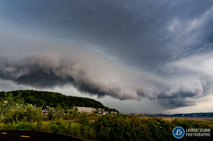 Orage violent et nuage de type barrière à La Baie