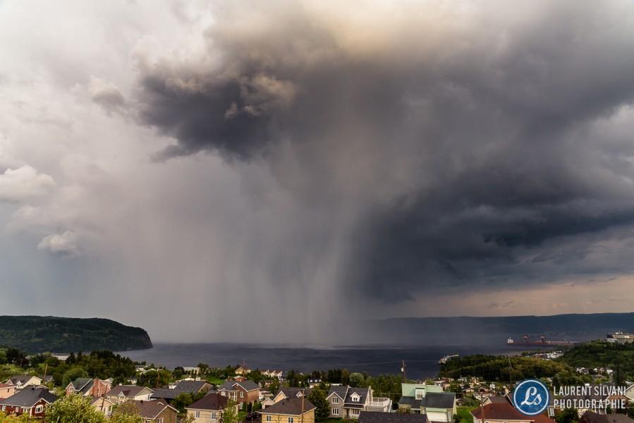 Forte rafale de pluie à La Baie, sur le fjord