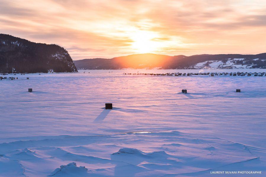 Lever de soleil et le village sur glace de La Baie