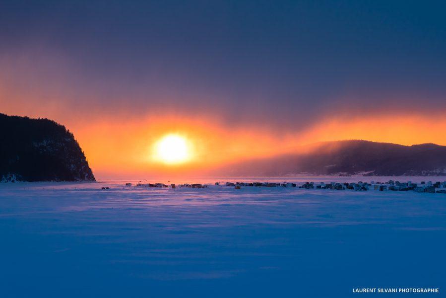 Lever de soleil et le village de pêche blanche de La Baie